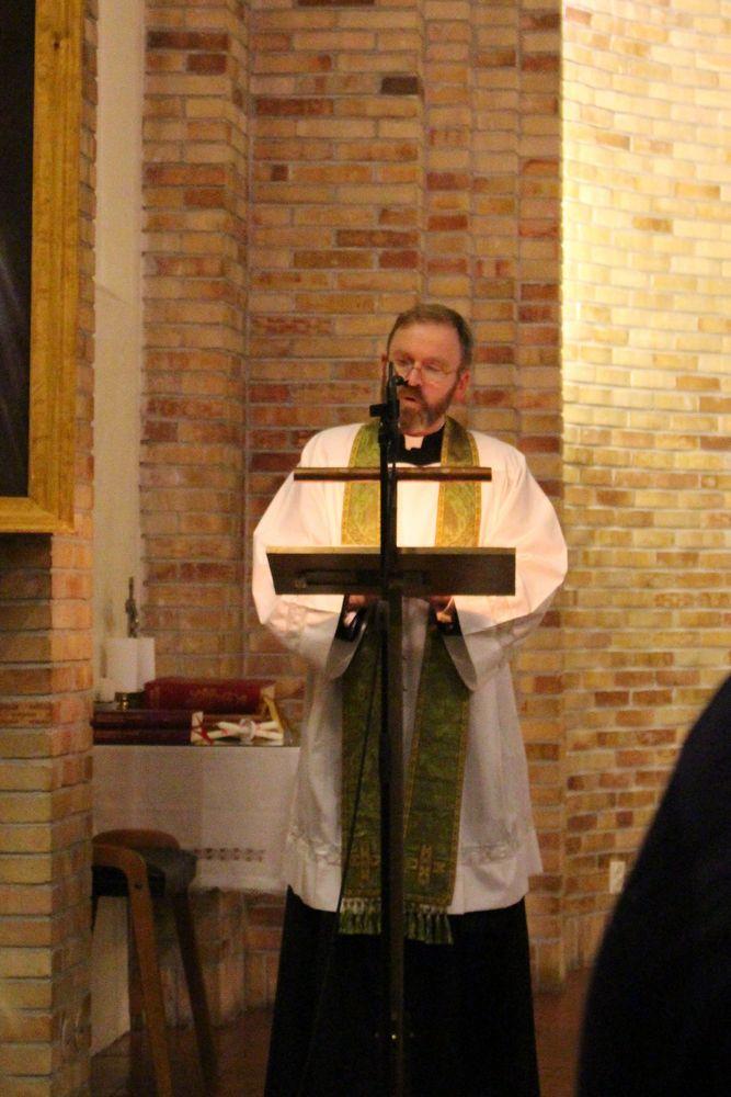P Erik Andreas leste evangeliet