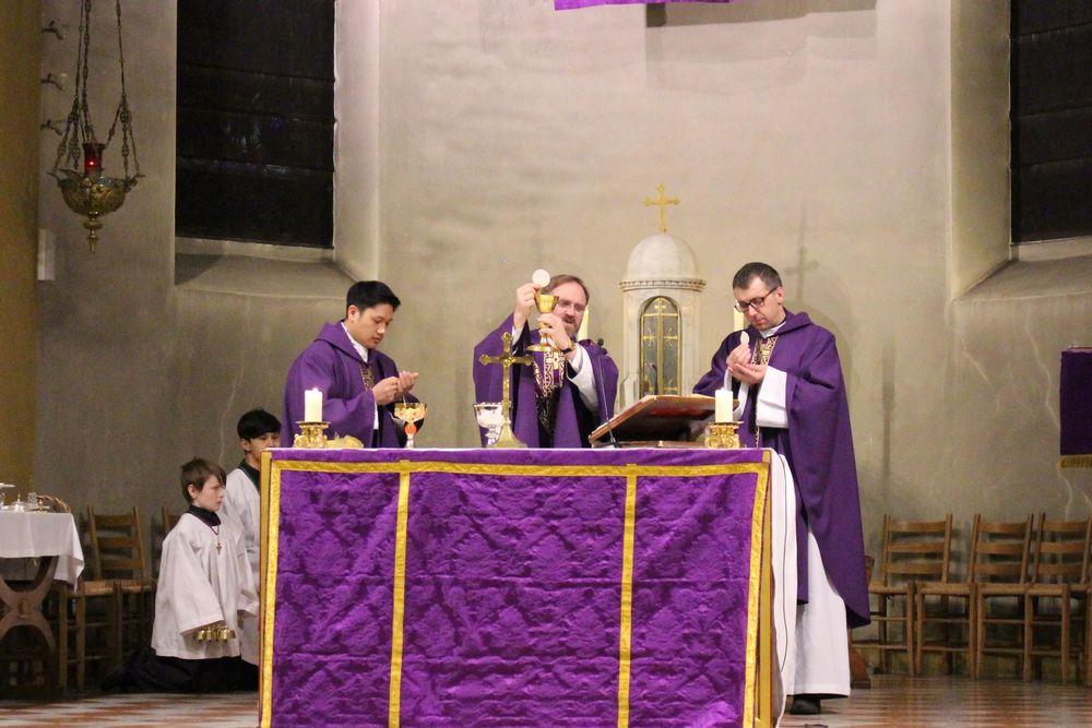 Messen. Ved avslutning av messen fikk korsveivandrerne en egen velsignelse.