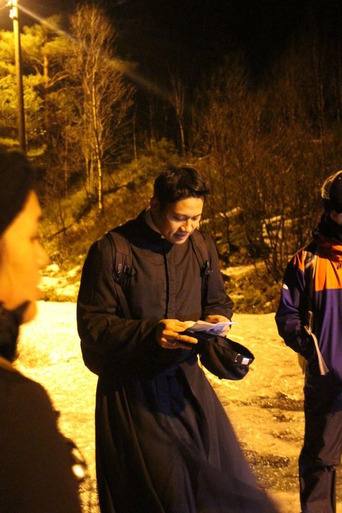 """P. Tao leder korsveien. Stasjon 6, """"Veronika rekker Jesus svetteduken"""""""
