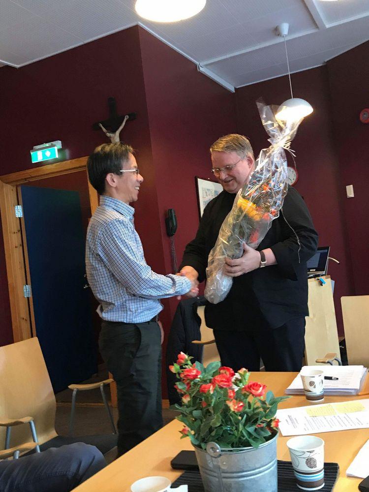 Avtroppende menighetsrådsleder får blomster av Dom Alois