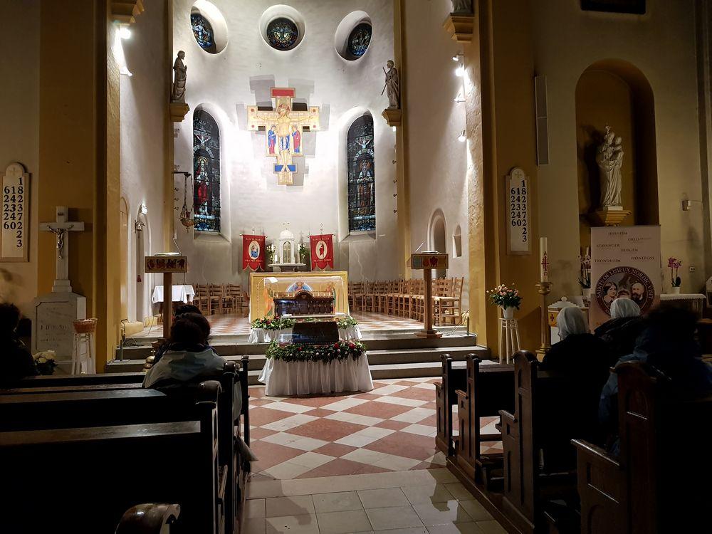 Onsdag formiddag, mange er innom kirken